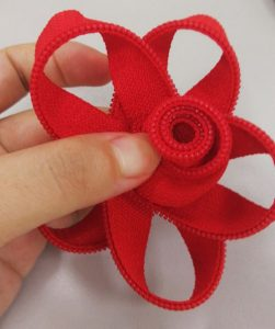 How to make a pretty zipper flower 4